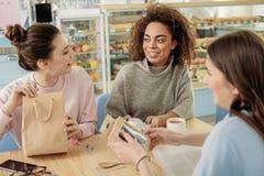 Joyeuses jeunes femmes riantes en café Images libres de droits