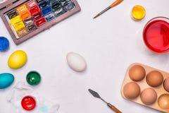 Joyeuses Pâques ! Amis peignant des oeufs de pâques sur la table Photo libre de droits