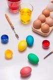Joyeuses Pâques ! Amis peignant des oeufs de pâques sur la table Photo stock
