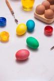 Joyeuses Pâques ! Amis peignant des oeufs de pâques sur la table Image stock