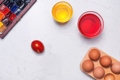 Joyeuses Pâques ! Amis peignant des oeufs de pâques sur la table Photographie stock libre de droits