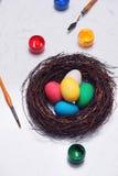 Joyeuses Pâques ! Amis peignant des oeufs de pâques sur la table Images libres de droits