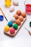 Joyeuses Pâques ! Amis peignant des oeufs de pâques sur la table Image libre de droits