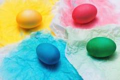 Joyeuses Pâques ! Amis peignant des oeufs de pâques sur la table Photographie stock