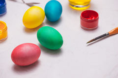 Joyeuses Pâques ! Amis peignant des oeufs de pâques sur la table Photos libres de droits