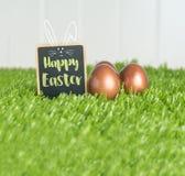 Joyeuses Pâques avec le lapin de griffonnage sur le tableau noir et le colo rose d'or Images libres de droits