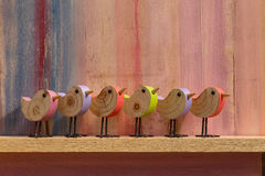 Joyeuses Pâques chantant à oiseaux en bois le fond Image stock