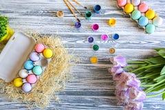Joyeuses Pâques Fond avec les oeufs colorés dans le panier Tableau décorant pour des vacances Vue supérieure image libre de droits