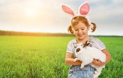 Joyeuses Pâques ! Jolie fille d'enfant avec le lapin en nature Photographie stock