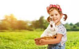 Joyeuses Pâques ! Jolie fille d'enfant avec le lapin en nature Photo stock