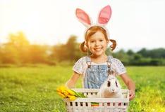 Joyeuses Pâques ! Jolie fille d'enfant avec le lapin en nature Photos stock