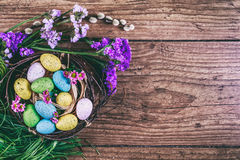 Joyeuses Pâques le fond a coloré le vecteur rouge de tulipe de format des oeufs de pâques eps8 Les oeufs colorés lumineux dans le Photographie stock libre de droits