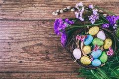 Joyeuses Pâques le fond a coloré le vecteur rouge de tulipe de format des oeufs de pâques eps8 Les oeufs colorés lumineux dans le Image libre de droits
