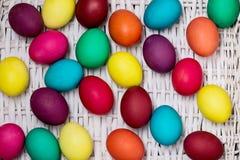 Joyeuses Pâques ! Le fond des oeufs de pâques colorés Photos stock