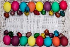 Joyeuses Pâques ! Le fond des oeufs de pâques colorés Photographie stock libre de droits