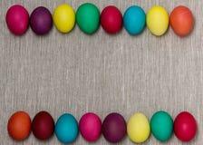 Joyeuses Pâques ! Le fond des oeufs de pâques colorés Photos libres de droits