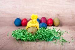 Joyeuses Pâques, oeuf drôle avec un chapeau Image stock