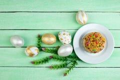 Joyeuses Pâques Oeufs peints sur la table en bois Kulich traditionnel russe et ukrainien de gâteau de Pâques -, pain de Paska Pâq Image libre de droits