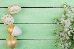 Joyeuses Pâques Oeufs peints sur la table en bois Vue supérieure Copiez l'espace pour le texte Photographie stock