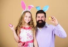 Joyeuses Pâques Oreilles de lapin de vacances longues Concept de tradition de famille Oreilles de lapin d'usage de papa et de fil photos stock