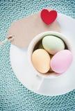 Joyeuses Pâques - une tasse d'eastereggs Images stock