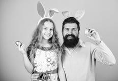 Joyeuses P?ques Oreilles de lapin de vacances longues Concept de tradition de famille Oreilles de lapin d'usage de papa et de fil photographie stock libre de droits