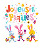 Joyeuses Paques Joyeuses Pâques dans la carte de voeux française avec les lapins de Pâques mignons Photographie stock libre de droits