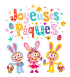 Joyeuses Paques Szczęśliwa wielkanoc w Francuskim kartka z pozdrowieniami z ślicznych dzieciaków Wielkanocnymi królikami Zdjęcia Royalty Free