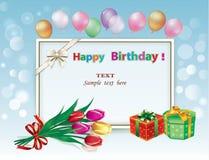 Joyeux anniversaire, carte de voeux avec des boîte-cadeau, fleurs et ballons image stock