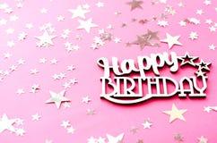 Joyeux anniversaire d'inscription en bois sur un fond rose images libres de droits