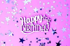 Joyeux anniversaire d'inscription sur un fond rose avec des étoiles image libre de droits