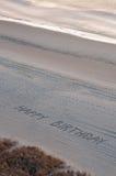 Joyeux anniversaire dans le sable Photographie stock libre de droits