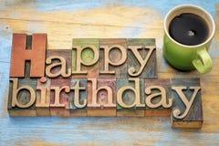 Joyeux anniversaire dans le type en bois avec du café Photo libre de droits