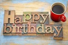 Joyeux anniversaire dans le type en bois avec du café Photos libres de droits