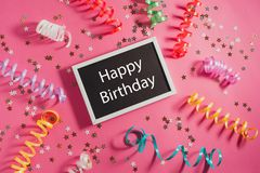 Joyeux anniversaire des textes sur le backgrond rose Images libres de droits