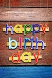 Joyeux anniversaire Lettres peintes colorées multi lumineuses Photographie stock libre de droits