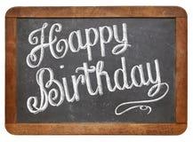 Joyeux anniversaire sur le tableau noir d'ardoise image stock
