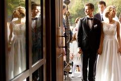 Joyeux beau jeune élégant heureux marié complètement des couples d'amour Image libre de droits