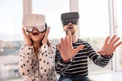 Joyeux couples gais accédant au monde de VR Photos libres de droits