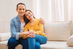 Joyeux couples optimistes satisfaits de leur vie Images libres de droits