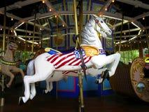 Joyeux disparaissent la foire en bois ronde de tour de cheval de carrousel photo libre de droits