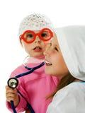 Joyeux enfants jouant comme docteur et patient images libres de droits