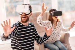 Joyeux homme joyeux décalant par le monde de VR Photos libres de droits