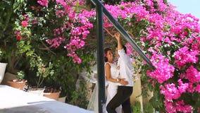 Joyeux jeunes mariés dans la perspective des fleurs Jour du mariage clips vidéos
