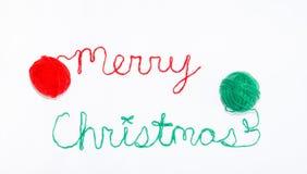 Joyeux Noël écrit en fil avec des boules de fil de chaque côté Images libres de droits