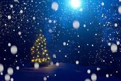 Joyeux Noël ! Arbre de Noël en dehors des chutes de neige dans le clair de lune Beau fond de Noël Conte de fées image stock