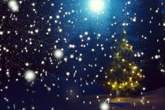 Joyeux Noël ! Arbre de Noël en dehors des chutes de neige dans le clair de lune Beau fond de Noël Conte de fées image libre de droits