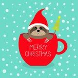 Joyeux Noël Arbre de sapin Paresse se reposant dans la tasse de thé rouge de tasse de café Santa Hat Visage et mains Personnage d illustration stock