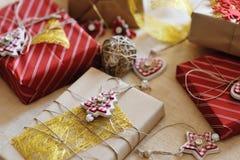 Joyeux Noël - boîtes et décorations actuelles de cadeau Photo stock