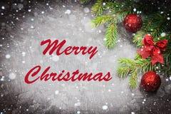 Joyeux Noël Branche d'arbre de Noël avec un jouet sur un fond gris photographie stock